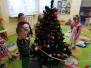Przedszkolaki ubierają choinki
