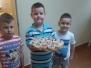 Z okazji Dnia Kobiet chłopcy z grupy Biedronki częstują panie babeczkami