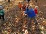 Zabawy Jeżyków wśród liści