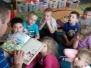 Żabki - tata Laury czyta nam bajki