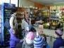 Żabki w sklepie owocowo - warzywnym