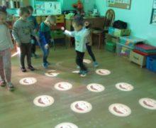 Zabawy Jeżyków na Magicznym dywanie