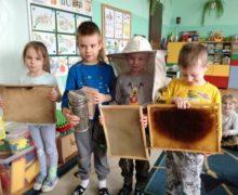 Jeżyki poznają pracę pszczelarza