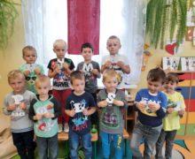 Żabki poznają hymn Polski